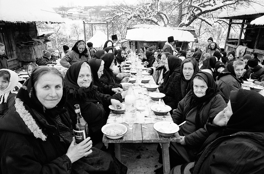 ROMANIA / Maramures / Valeni / February 2003..An outdoor funeral meal in the courtyard of the deceased man's home...© Davin Ellicson / Anzenberger..
