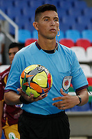 CALI - COLOMBIA -10-04-2014: Leevan Suarez, arbitro, durante  partido Deportivo Cali y Deportes Tolima por la fecha 16 de la Liga Postobon I 2014 en el estadio Pascual Guerrero de la ciudad de Cali.  / Leevan Suarez, referee, during a match between Deportivo Cali and Deportes Tolima for the date 16th of the Liga Postobon I 2014 at the Pascual Guerrero stadium in Cali city. Photo: VizzorImage / Juan C Quintero / Str.