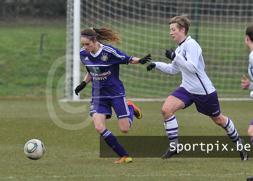 RSC Anderlecht Dames - Beerschot : Tessa Wullaert aan de bal voor Tamara Valentijn (rechts).foto DAVID CATRY / Vrouwenteam.be