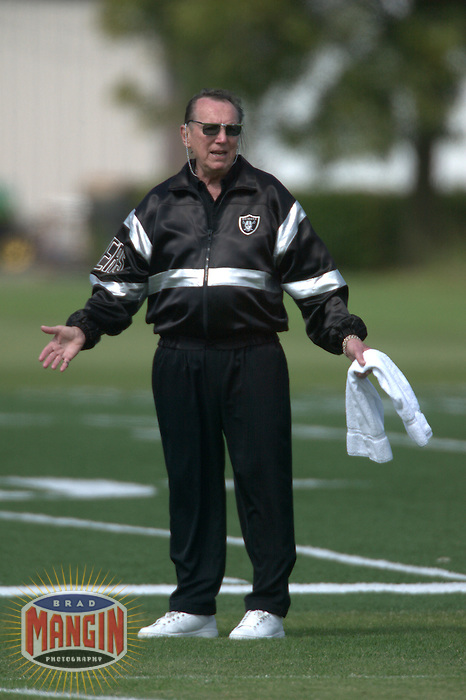 Owner Al Davis. Football: Oakland Raiders mini camp in Alameda, CA on June 13, 2003. Photo by Brad Mangin.