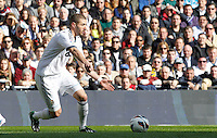 MADRI, ESPANHA, 02 MARÇO 2013 - CAMPEONATO ESPANHOL - REAL MADRID X BARCELONA - Karim Benzema jogador do Real Madrid durante disputa de bola com Pedro do Barcelona em partida pela 26 rodada do Campeonato Espanhol, neste sabado, 02. (FOTO: ALEX CID-FUENTES / ALFAQUI / BRAZIL PHOTO PRESS).