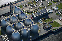 GERMANY Hamburg, sewage treatment plant of company Hamburg Energy process sewage and sludge to biogas for supply to the public gas grid / DEUTSCHLAND Hamburg, Biogasanlage und Klaerwerk Koehlbrandhoeft, Staedtischer Energieversorger Hamburg Energie ein Tochterunternehmen von Hamburg Wasser, speist aufbereitetes Faulgas aus Abwasser, Klaerschlamm und Baggerschlamm ins Erdgasnetz ein, bei der Ausfaulung des Klaerschlamms entsteht Gas, das zu Erdgasqualitaet aufbereitet und ins Netz eingespeist wird, die Anlage wird jaehrlich 18 Millionen Kilowattstunden Biomethan einspeisen, damit koennen 3.600 Tonnen CO2 pro Jahr eingespart und bis zu 62.000 Kunden mit Biogas versorgt werden