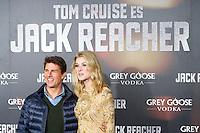 """ATENCAO EDITOR IMAGEM EMBARGADA PARA VEICULOS INTERNACIONAIS - MADRI, ESPANHA, 13 DEZEMBRO 2012 - PRE ESTREIA """"JACK REACHER - A atriz Rosamund Pike e o ator Tom Cruise durante pre estreia espanhola do filme """"Jack Reacher""""no Callao Cinema em Madri capital da Espanha, nesta quinta-feira, 13. (FOTO: Alfaqui / BRAZIL PHOTO PRESS)."""