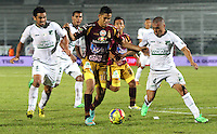 IBAGUÉ - COLOMBIA - 04-05-2013:   Andrés Andrade (center) jugador del Deportes Tolima disputa el balón con Vladimir Marín (Right) del  Deportivo Cali   en el estadio Murillo Toro ,juego  correspondiente a la fecha catorce de la Liga Postobón I. (Foto: VizzorImage / Felipe Caicedo / Staff).  Andres  Andrade (Left)  Deportes Tolima player fights for the ball with Vladimir Marin Deportivo Cali in the Murillo Toro stadium, game corresponding to the fourteenth day of the League Postobón I. . (Foto: VizzorImage / Felipe Caicedo / Staff). .