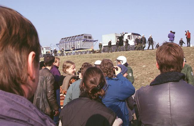 Anwohner und Bauern aus der Region Gorleben beobachten hilflos einen Castortransport auf dem Elbdeich in das Atommuellzwischenlager Gorleben.<br /> 4.3.1997, Gorleben<br /> (Christian Ditsch/version)