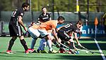 BLOEMENDAAL   - Hockey -  2e wedstrijd halve finale Play Offs heren. Bloemendaal-Amsterdam (2-2) . A'dam wint shoot outs. Tijn Lissone (A'dam) met Jamie Dwyer (Bldaal) COPYRIGHT KOEN SUYK