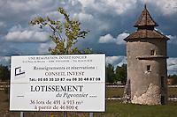 Europe/Europe/France/Midi-Pyrénées/46/Lot/Lalbenque:  Panneau lotissement immobilier et pigeonnier