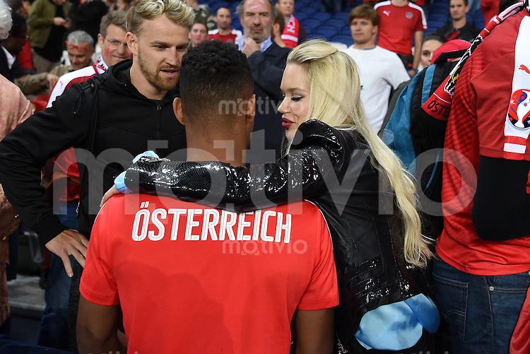 FUSSBALL EURO 2016 GRUPPE F IN PARIS Portugal - Oesterreich      18.06.2016 Rubin Okotie (li, Oesterreich) mit Ehefrau Vanessa nach dem Spiel
