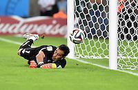 FUSSBALL WM 2014  VORRUNDE    Gruppe B     Spanien - Chile                           18.06.2014 Torwart Claudio Bravo (Chile) kann retten