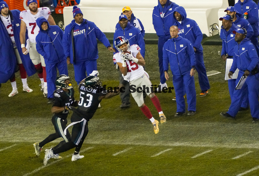 wide receiver Golden Tate (15) of the New York Giants fängt den Pass gegen outside linebacker Nigel Bradham (53) of the Philadelphia Eagles - 09.12.2019: Philadelphia Eagles vs. New York Giants, Monday Night Football, Lincoln Financial Field