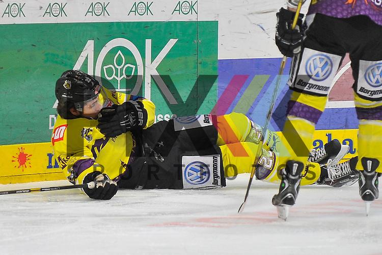 Nach einem Check an der Bande liegt Krefelds Oliver Mebus (Nr.22) auf dem Eis beim Spiel in der DEL, Adler Mannheim - Krefeld Pinguine.<br /> <br /> Foto &copy; Ice-Hockey-Picture-24 *** Foto ist honorarpflichtig! *** Auf Anfrage in hoeherer Qualitaet/Aufloesung. Belegexemplar erbeten. Veroeffentlichung ausschliesslich fuer journalistisch-publizistische Zwecke. For editorial use only.