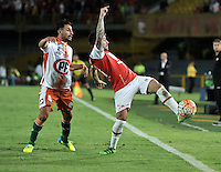 BOGOTA- COLOMBIA – 15-03-2016: Jonathan Gomez (Der.) jugador de Independiente Santa Fe de Colombia, disputa el balon con Juan Contreras (Izq.) jugador de Cobresal de Chile, durante partido entre Independiente Santa Fe de Colombia y Cobresal de Chile,  por la segunda fase de la Copa Bridgestone Libertadores en el estadio Nemesio Camacho El Campin, de la ciudad de Bogota. / Jonathan Gomez (R) player of Independiente Santa Fe of Colombia, figths for the ball with Juan Contreras (L) player of Cobresal of Chile, during a match between Independiente Santa Fe of Colombia and Cobresal of Chile, for the second phase, of the Copa Bridgestone Libertadores in the Nemesio Camacho El Campin in Bogota city. VizzorImage / Luis Ramirez / Staff.