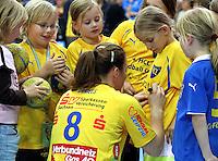 Die Leipzigerinnen gewannen auch das zweite Spiel der Gruppenphase in der Champions League. Im Bild: Maike Daniels gibt Nachwuchsspielerinnen Autogramme. Foto: Ines Christ