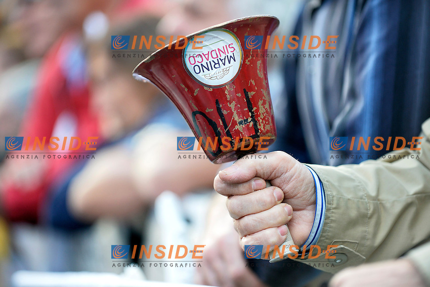 Manifestante con campanaccio .Roma 24/5/2013 Piazza San Giovanni.Manifestazione di chiusura della campagna elettorale del Partito Democratico per le elezioni del Sindaco di Roma .Foto Andrea Staccioli Insidefoto.