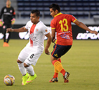 BARRANQUILLA- COLOMBIA - 12-09-2015: Jose Amaya jugador de  Uniautonoma disputa   balon con Jhon  Varela  de Cortulua  durante partido  por la fecha 12 de la Liga Aguila II 2015 jugado en el estadio Metropolitano / : Jose Amaya  player of Uniautonoma fights the ball against Jhon  Varela  of   Cortulua during a match for the twelfth date of the Liga Aguila II 2015 played at Metropolitano  stadium in Barranquilla  city. Photo: VizzorImage / Alfonso Cervantes / Contribuidor
