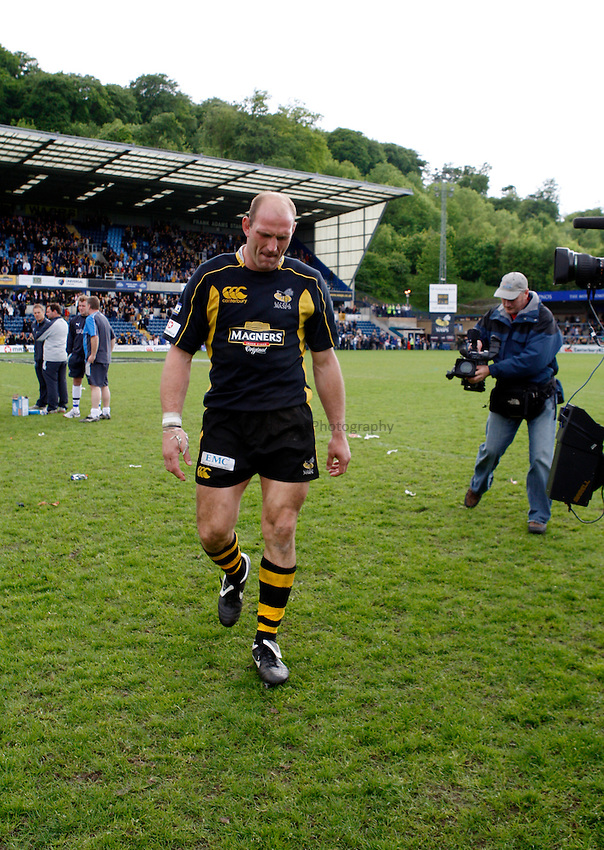 Photo: Richard Lane/Richard Lane Photography. .London Wasps v Bath Rugby. Guinness Premiership. 18/05/2008. Wasps' Lawrence Dallaglio leaves the field for the last time at Adams Park.