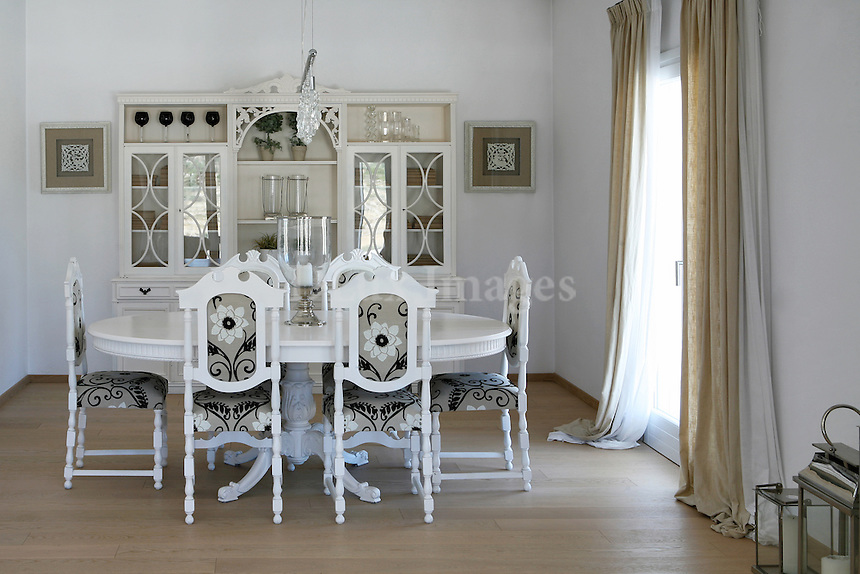 Just 4km from Naoussa and 3km from Parikia, on Paros island, Greece lives Mrs Verdouka with her husband Mr Lathouris. The lovely house combines the prestige of the old with the modern style.