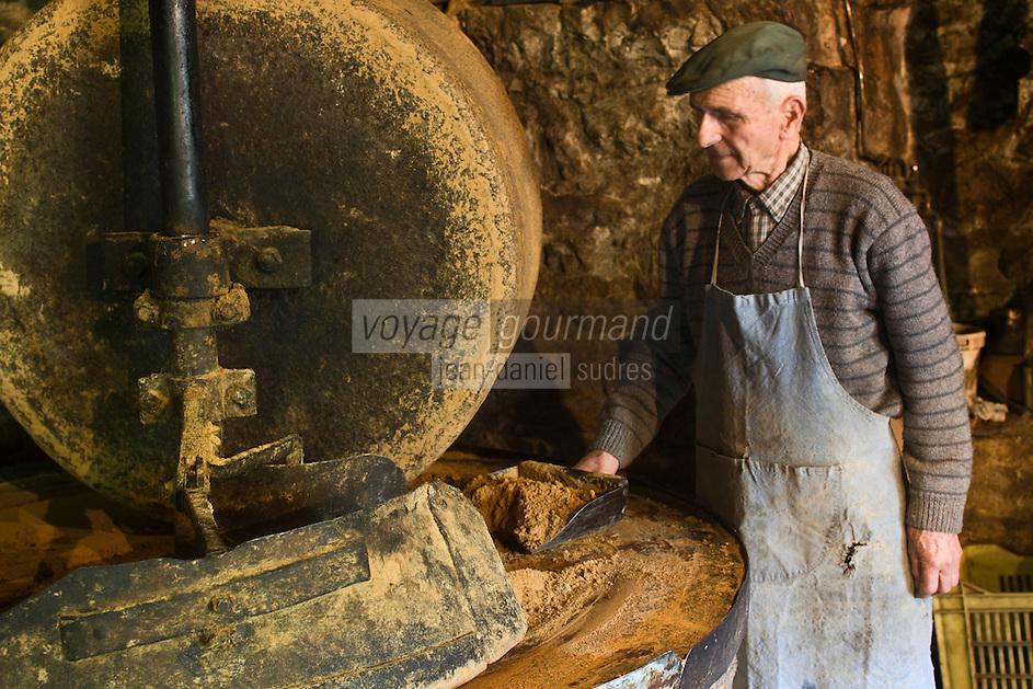 Europe/France/Midi-Pyrénées/46/Lot/Causse de Martel/Env Martel: Moulin à huile de noix de Mr Castagné Auto N°: 2008-211