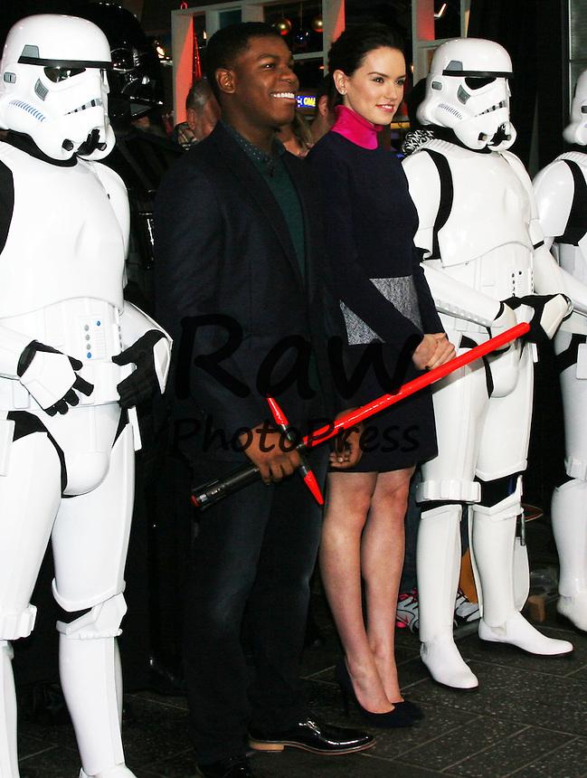 Daisy Ridley y John Boyega visitan Goog Morning America para una entrevista.<br /> <br /> New York - Dec. 02, 2015.<br /> <br /> 'Star Wars: The Force Awakens' stars Daisy Ridley and John Boyega at Good Morning America for an interview.