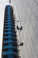 Mexico City, Santa Fe: workmen cleaning a skyscraper. Mexico city, Santa Fe: Lavavetri puliscono un grattacielo