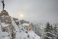 France, Hérault (34), plateau du Larzac, Le Caylar, vue sur le village et la chapelle Notre-Dame du Roc Castel sous la neige // France, Hérault, Larzac plateau, Le Caylar, the view over the village and the chapel Notre-Dame du Roc Castel in the snow