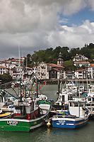 Europe/France/Aquitaine/64/Pyrénées-Atlantiques/Pays-Basque/Ciboure: Le port de pêche de Saint-Jean-de-Luz et l 'église Saint-Vincent de Ciboure et les maisons du quai Maurice Ravel