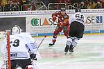 Duesseldorfs Philip Gogulla (Nr.87)  zieht ab und bezwingt Nuernbergs Goalie AndreasJenike (Nr.29)  zum fruehen 1:0 beim Spiel in der DEL, Duesseldorfer EG (rot) - Nuernberg Ice Tigers (weiss).<br /> <br /> Foto © PIX-Sportfotos *** Foto ist honorarpflichtig! *** Auf Anfrage in hoeherer Qualitaet/Aufloesung. Belegexemplar erbeten. Veroeffentlichung ausschliesslich fuer journalistisch-publizistische Zwecke. For editorial use only.