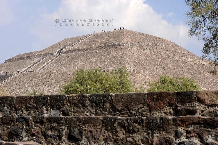 Città del Messico, Dicembre 2010.Le rovine e le Piramidi di Teotihuacan, la città degli Dei.La piramide del Sole..Mexico City, December 2010.The ruins and the pyramids of Teotihuacan, the city of the Gods.Pyramid of the Sun.