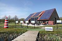 Nederland Groningen - 2019. Zernike Campus. EnTranCe Duurzaam Ameland. Het Waddeneiland Ameland wil grotendeels in haar eigen energiebehoefte voorzien, met stroom en warmte uit duurzame bronnen. Dat maakt Ameland een prachtige proeftuin voor het vormgeven van de duurzame energievoorziening van de toekomst. EnTranCe maakt gebruik van die proeftuin, samen met de partners van het convenant Duurzaam Ameland.  <br /> Op de achtergrond de EnergyBarn. De muren van de EnergyBarn zijn gemaakt van stro. Het is een lokaal en duurzaam pand. De stromuren en de high-tech apparatuur die gebruikt werden bij de bouw, zorgen voor de duurzaamheid. De EnergyBarn werd in opdracht van energieproeftuin EnTranCe gebouwd. Bouwen met stro heeft diverse voordelen zoals: een hoge energiewaarden, een lage carbon footprint en het is cradle to cradle te bouwen. Deze manier van bouwen is de ultieme vorm van duurzaam ondernemen. Foto Berlinda van Dam / Hollandse Hoogte