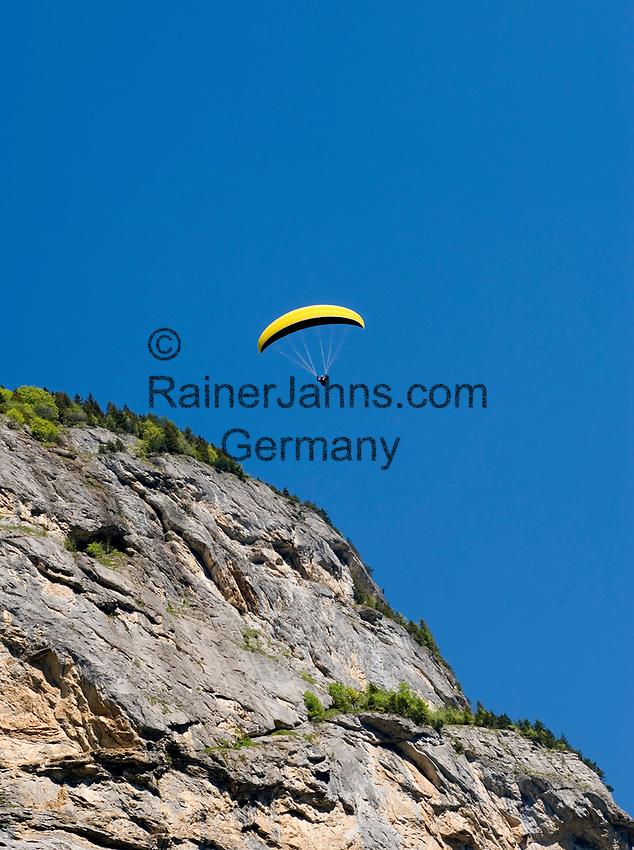 CHE, SCHWEIZ, Kanton Bern, Berner Oberland, Lauterbrunnental: Paraglider   CHE, Switzerland, Bern Canton, Bernese Oberland, Lauterbrunnen Valley: Paraglider