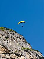 CHE, SCHWEIZ, Kanton Bern, Berner Oberland, Lauterbrunnental: Paraglider | CHE, Switzerland, Bern Canton, Bernese Oberland, Lauterbrunnen Valley: Paraglider