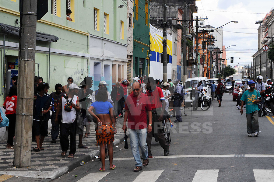 SAO PAULO, SP, 13 Janeiro 2012. OPERAÇÃO CRACOLANDIA - Operacao Cracolandia na rua Barao de Piracicaba região central  da capital paulista.  (FOTO: ADRIANO LIMA - NEWS FREE)