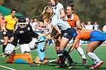 BLOEMENDAAL  - Laurien Leurink (Laren)  scoort . links Bloemendaal keeper Diana Beemster.   Hoofdklasse competitie dames, Bloemendaal-Laren (1-5) FOTO KOEN SUYK