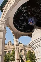 Europe/Espagne/Guipuscoa/Pays Basque/Saint-Sébastien: Jardin place de Guipuzcoa et  l'édifice du Conseil général - Diputación Foral <br /> Les bâtiments remarquables de la Diputación Foral de Gipuzkoa -inspiré par l'Opéra de Paris