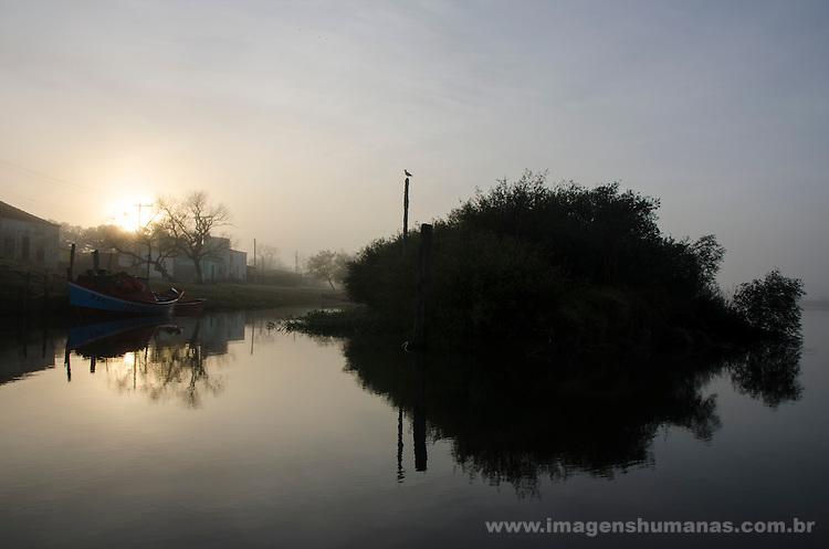 Colônia de pescadores Z24 - Lagoa Mirim. Comunidade Santa Isabel, no município de Arroio Grande, no Rio Grande do Sul. O banhado forma a silhueta de um grande peixe, no arroio de São Gonçalo.
