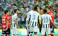 MEDELLÍN -COLOMBIA-13-12-2015: Luis Sanchez, árbitro, muestra la tarjeta amarilla a Alexis Henriquez (#12) jugador de Atlético Nacional durante partido de vuelta entre Atletico Nacional e Independiente Medellin por las semifinales de la Liga Aguila II 2015, jugado en el estadio Atanasio Girardot de la ciudad de Medellin. / Luis Sanchez, referee, swows the yellow card to Alexis Henriquez (#12) player of Atletico Nacional during a match for the second leg between Atletico Nacional and Independiente Medellin  for the semifinals of the Liga Aguila II 2015 at the Atanasio Girardot stadium in Medellin city. Photo: VizzorImage/León Monsalve/ Str