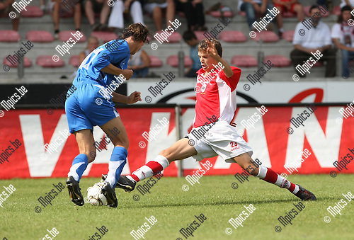 2009-08-16 / Voetbal / seizoen 2009-2010 / R. Antwerp FC - KV Turnhout / Geoffry Hairemans probeert Gunther Loyens (Turnhout) van de bal te zetten..Foto: Maarten Straetemans (SMB)