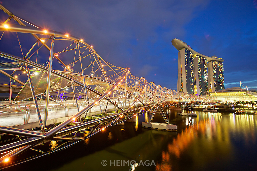 Singapore. The Helix Bridge (l.) Marina Bay Sands Hotel with its spectacular rooftop pool (m.), ArtScience Museum  (r.)