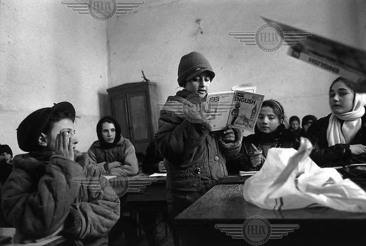 Photo and copyright Leo Erken/NL12.CIS Georgia (Georgië) Duisi in the Akhmeta region (Achmeta, Agmeta, village) 2-2000.Refugees from Chechnya. Children get English lesson at school..Vluchtelingen uit Tsjetsjenie. Kinderen krijgen Engelse les.
