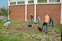Schulgarten, Fläche am Schulgebäude, auf der ein Schmetterlingsgarten angelegt werden soll, Garten der Grundschule Nusse wird als Projektarbeit von einer 1. Klasse gestaltet, Kinder graben den Boden um, Gartenarbeit