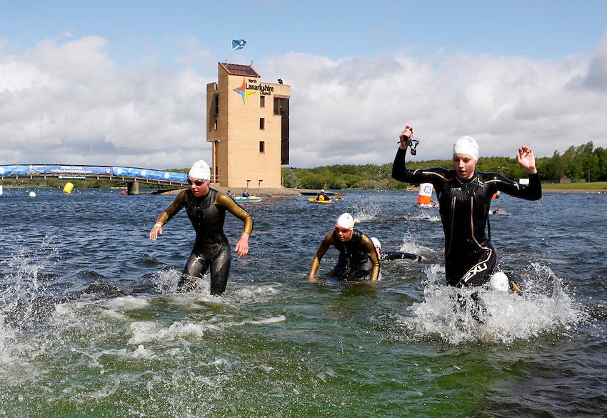 Photo: Richard Lane/Richard Lane Photography. GE Strathclyde Park Triathlon. 22/05/2011. Elite Women Race swim transition.