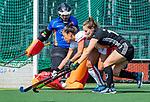 AMSTELVEEN -  Shihori Oikawa (OR) probeert de bal weg te werken met rechts Kelly Jonker (A'dam) tijdens de hoofdklasse competitiewedstrijd hockey dames,  Amsterdam-Oranje Rood (5-2). en keeper Saskia van Duivenboden (OR) . COPYRIGHT KOEN SUYK