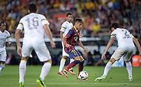 FUSSBALL  INTERNATIONAL   SAISON 2011/2012   02.08.2013 Gamper Cup 2013 FC Barcelona - FC Santos Einer gegen Alle; Neymar (Mitte, Barca) mit Ball