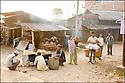 2006- Népal- Sur la route de Lumbini.