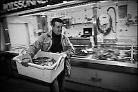 Europe/France/Pays de la Loire/44/Loire-Atlantique/Nantes: David Garrec chef du restaurant l'Océanide tôt le matin au marché [Non destiné à un usage publicitaire - Not intended for an advertising use]
