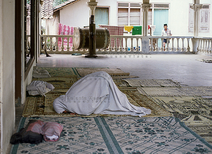 Indonesia; Java, praying woman.<br /> Indonesia, Giava, donna in preghiera.