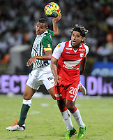 MEDELLIN - COLOMBIA-14-07-2013: McNelly Torres (Izq) jugador del Atletico Nacional disputa el balón con Gerardo Bedoya (Der.) del Independiente Santa Fe durante partido en el estadio Atanasio Girardot de la ciudad de Medellin, julio 14 de 2013. Atletico Nacional y Indepndiente Santa Fe durante partido de ida por la final de la Liga Postobon I. (Foto: VizzorImage / Luis Rios / Str).  McNelly Torres (L) of player of Atletico Nacional fights for the ball with Gerardo Bedoya (R) player from Independiente Santa Fe during game in the Atanasio Girardot stadium in Medellin City, July 14, 2013. Atletico Nacional and Independiente Santa Fe, during match for the first round of finals of the Postobon League I. (Photo: VizzorImage / Luis Rios / Str).