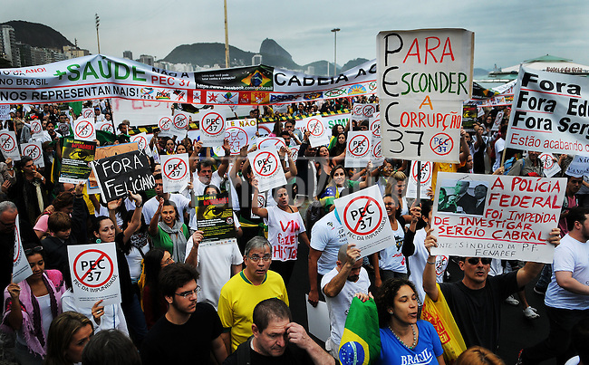 People march toward the home of Sergio Cabral, the governor of Rio de Janeiro state, to protest against official corruption and spending on next year's World Cup, Rio de Janeiro, Brasil, June 23, 2013. (Austral Foto/Renzo Gostoli)