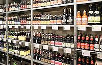 Nederland Breda  2015 . Smaakwarenhuis de Lage Landen. Bij Smaakwarenhuis de Lage Landen in Breda vind je seizoensgebonden streekproducten uit de Lage Landen. Van kaas, zuivel, brood en dranken tot vlees, vis, verse groente en fruit. Het Smaakwarenhuis zit in een modern ingericht pand aan de Ginnekenweg en heeft meerdere gedeelten, zoals een winkel, restaurant en workshophoek.  Het gaat om producten uit het gebied  Van de Wadden tot aan Pas de Calais, en van daar naar Luxemburg en alles is verantwoord geproduceerd. Bier uit Belgie en Nederland.  Foto Berlinda van Dam / Hollandse Hoogte