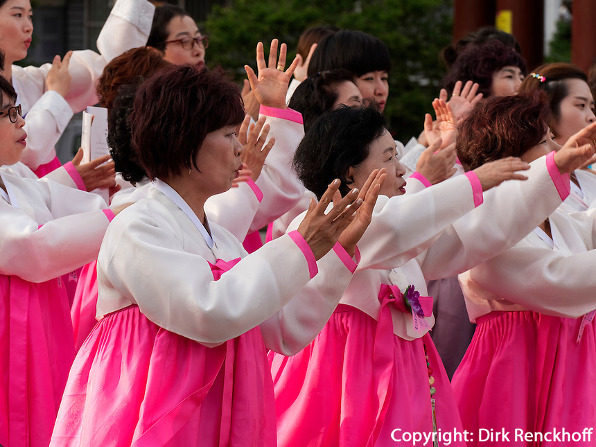 Musik bei Feier zu Buddha's Geburtstag, Andong, Provinz Gyeongsangbuk-do, S&uuml;dkorea, Asien<br /> music at celebrations for Buddha's birthday  in Andong,  province Gyeongsangbuk-do, South Korea, Asia